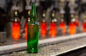 """Diageo faz testes para ter garrafa de vidro """"mais sustentável do mercado"""""""